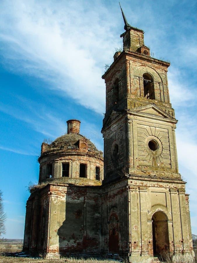 Iglesia ortodoxa destruida de San Nicolás en el pueblo de Olchi en la región de Kaluga de Rusia fotografía de archivo