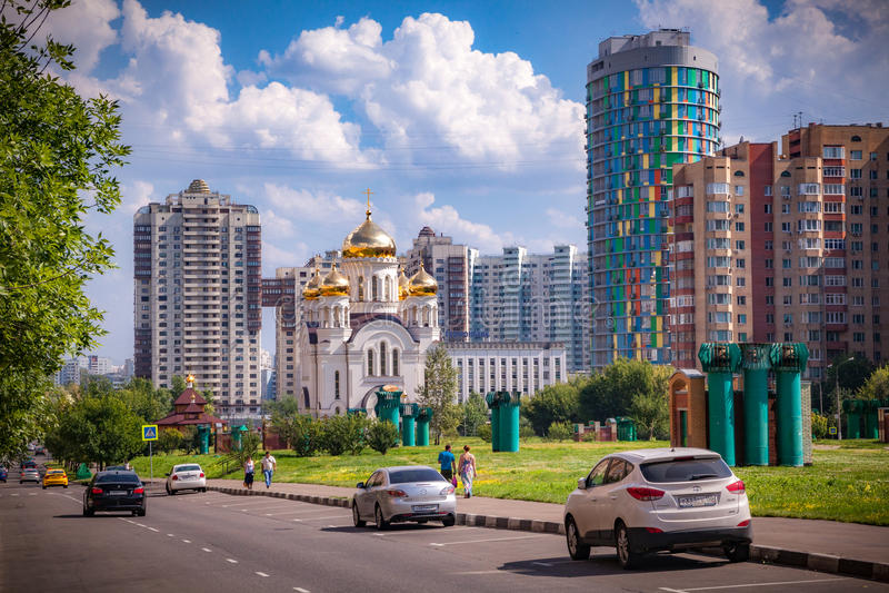Iglesia ortodoxa en el distrito de Cheremushki, Moscú, Rusia foto de archivo