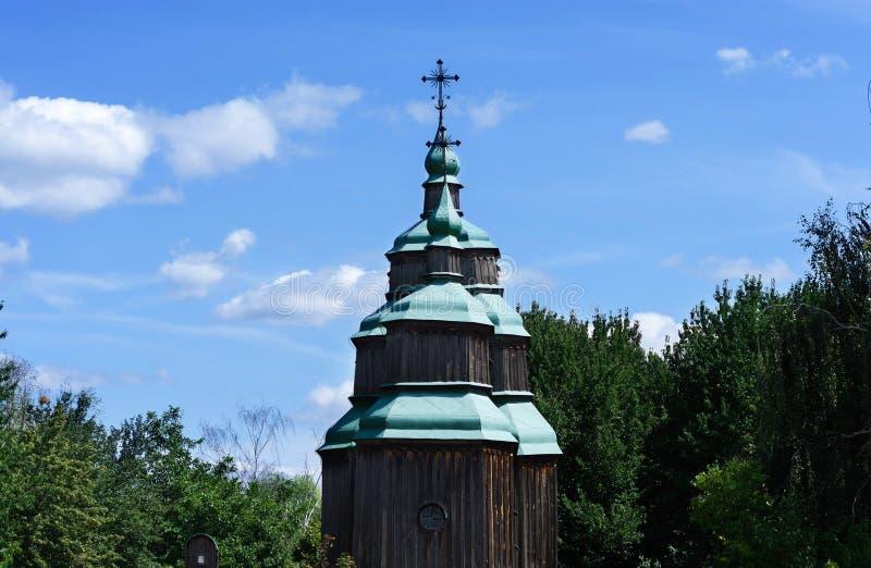 Iglesia ortodoxa en fondo del bosque verde y del cielo azul fotos de archivo