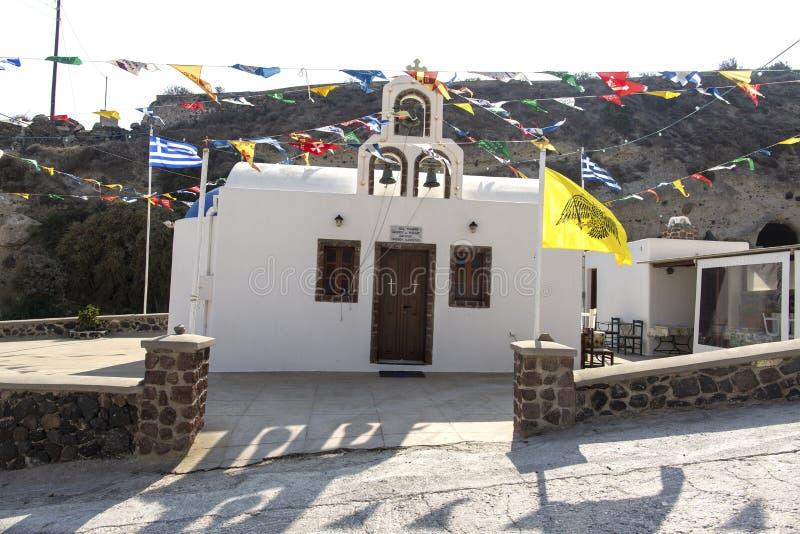 Iglesia ortodoxa hermosa en Santorini en Grecia Pequeña iglesia blanca tradicional en Santorini imagen de archivo libre de regalías