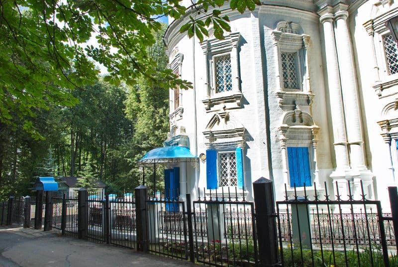 Iglesia ortodoxa hermosa rodeada por los árboles imagenes de archivo