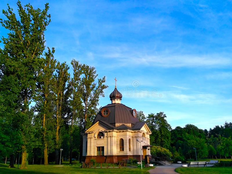 Iglesia ortodoxa, nombrada en honor del día de fiesta ortodoxo de la iglesia ortodoxa rusa - el templo de todos los santos respl fotos de archivo libres de regalías