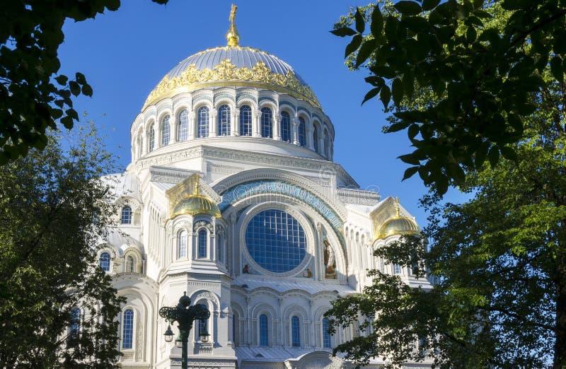 Iglesia ortodoxa rusa del monasterio en cielo azul del tiempo soleado fotografía de archivo libre de regalías