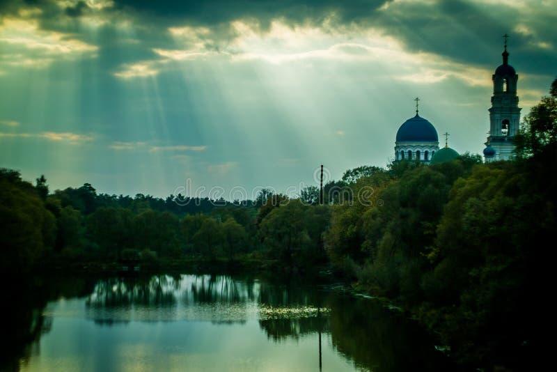 Iglesia ortodoxa rusa en la región de Kaluga imagen de archivo