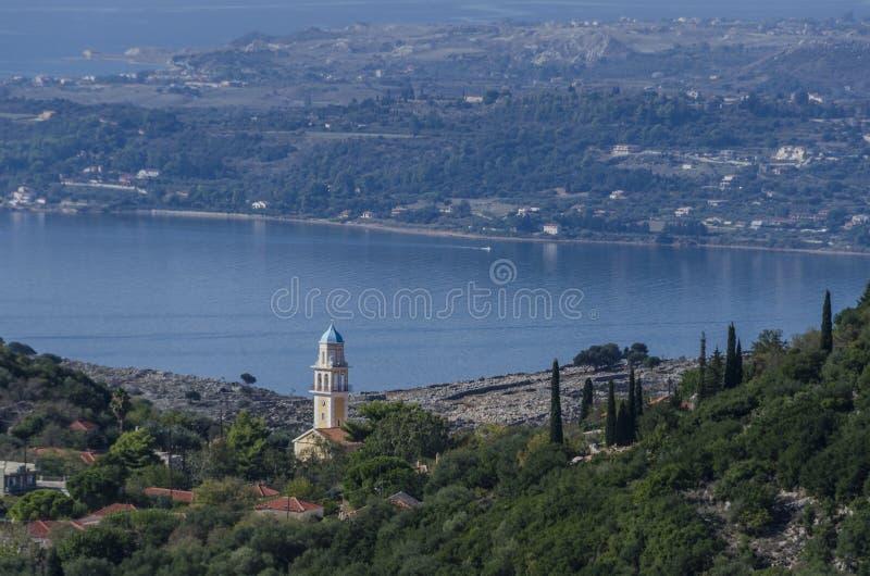 Iglesia ortodoxa y bahía de Argostoli imagen de archivo