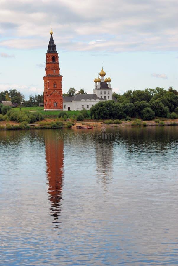 Iglesia ortodoxa y campanario en el río Volga, Rusia imágenes de archivo libres de regalías