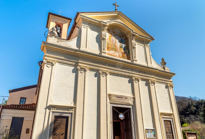 Iglesia parroquial antigua de Sant Agnese en un peque?o pueblo Masciago Primo de Valcuvia, provincia de Varese, Italia imagen de archivo