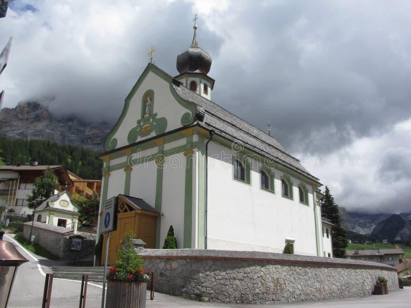Iglesia parroquial de San Cassiano Badia, el Tyrol del sur, Italia fotografía de archivo libre de regalías