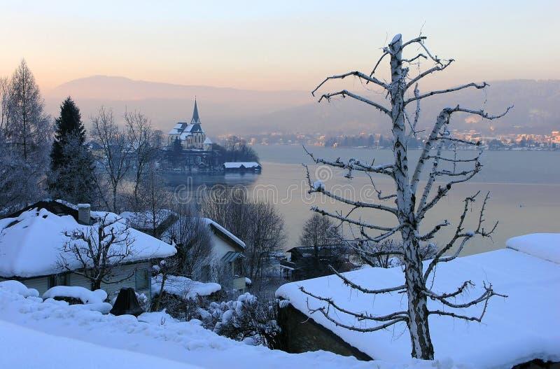 Iglesia por el lago fotografía de archivo libre de regalías