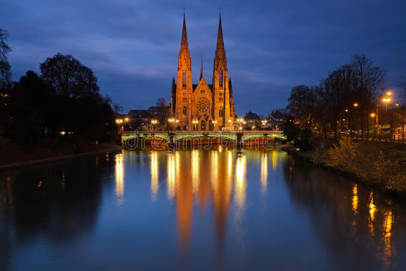 Iglesia por la tarde, Estrasburgo, Francia del St Pauls foto de archivo