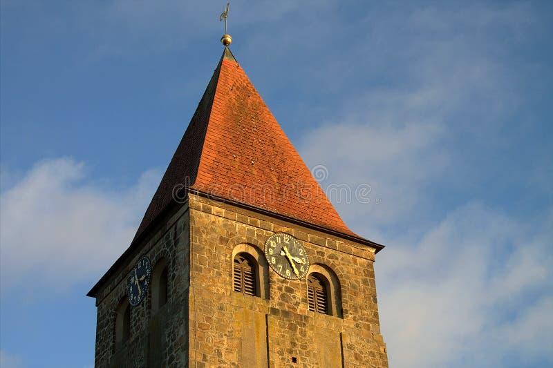Iglesia protestante Stephanus de Hiddenhausen Campanario de piedra con un reloj alemania fotos de archivo libres de regalías