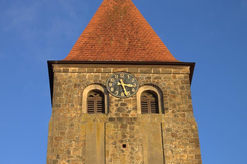 Iglesia protestante Stephanus de Hiddenhausen Campanario de piedra con un reloj alemania imagenes de archivo