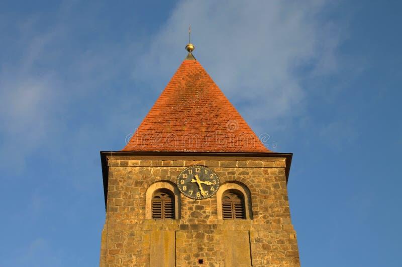 Iglesia protestante Stephanus de Hiddenhausen Campanario de piedra con un reloj alemania foto de archivo
