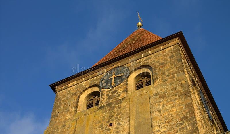 Iglesia protestante Stephanus de Hiddenhausen Campanario de piedra con un reloj alemania fotografía de archivo libre de regalías