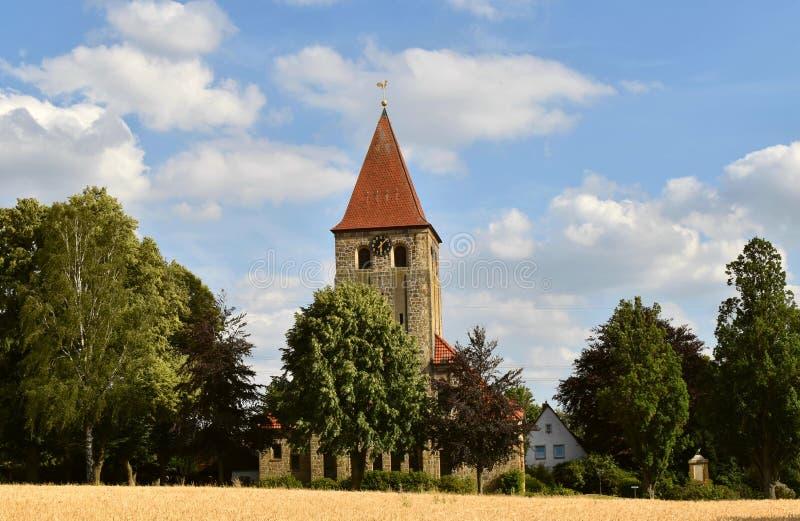 Iglesia protestante Stephanus de Hiddenhausen Campanario de piedra con un reloj alemania imágenes de archivo libres de regalías