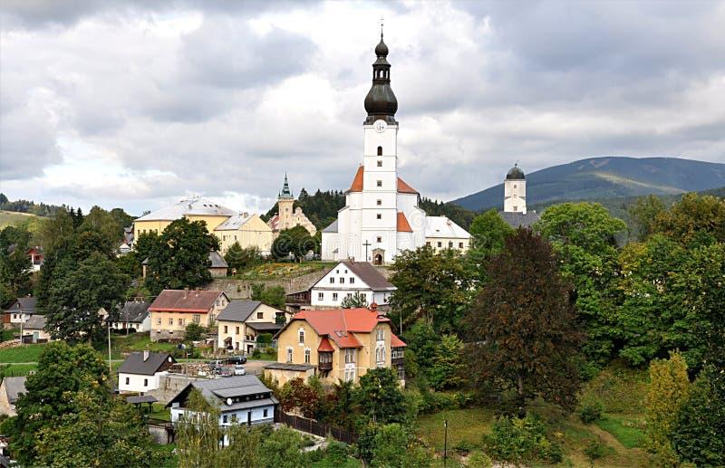 Iglesia, pueblo Brana, paisaje Jeseniky, República Checa, Europa imagen de archivo libre de regalías
