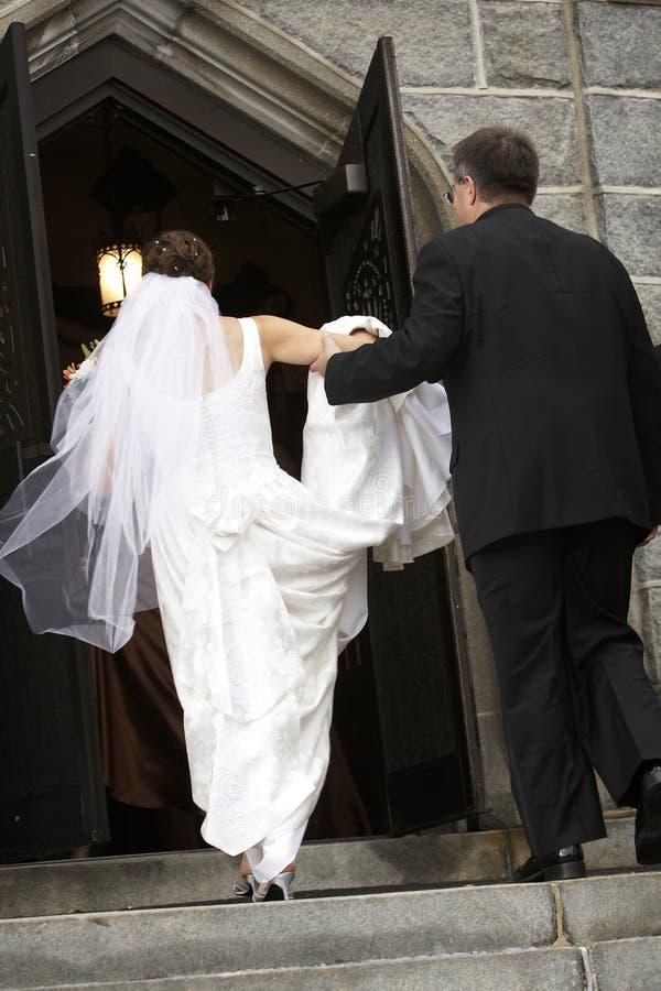 Iglesia que entra de la novia fotografía de archivo libre de regalías