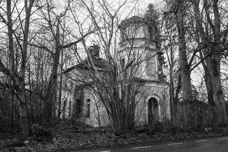 Iglesia quebrada y olvidada fotografía de archivo