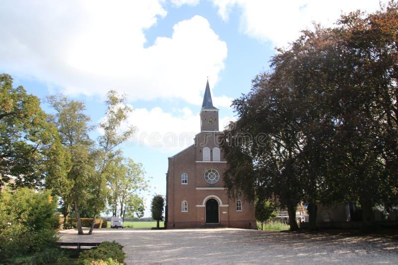 Iglesia reformada en el dorp de Reeuwijk a lo largo del Kerkweg en los Países Bajos fotos de archivo libres de regalías
