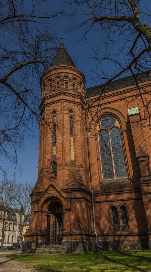 Iglesia roja por mañana soleada de la primavera en la ciudad de Zwickau en Alemania imagenes de archivo