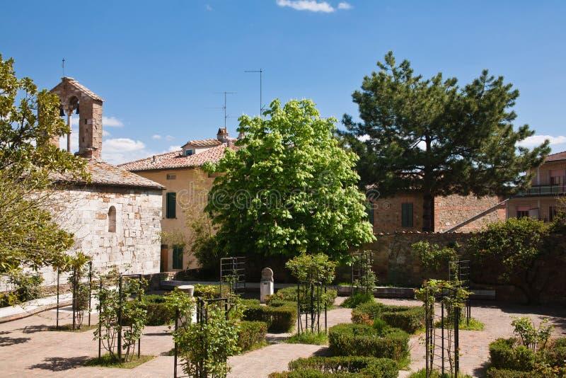 Iglesia romana vieja en jardín imagen de archivo libre de regalías
