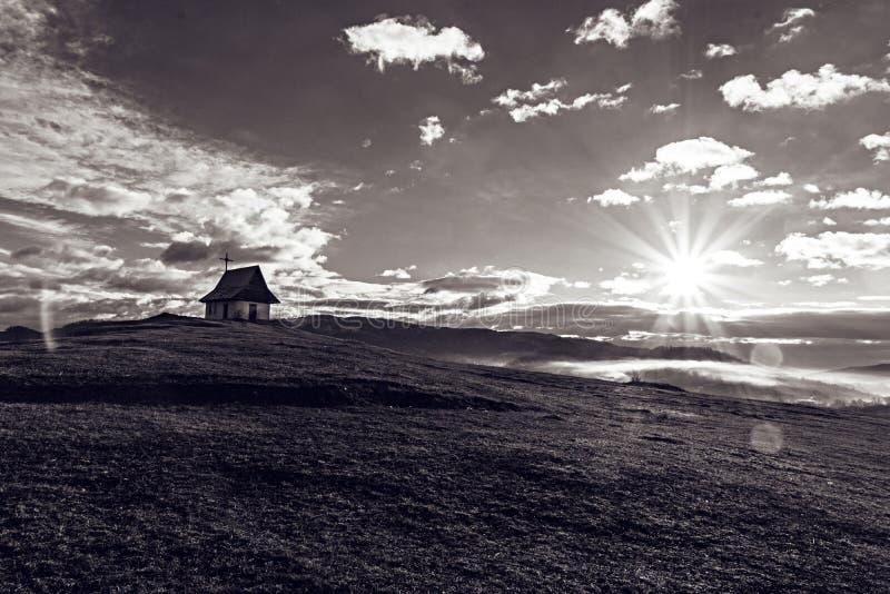 Iglesia rural aclarada en Rumania foto de archivo