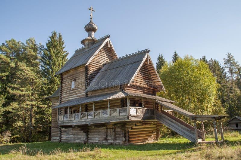 Iglesia rusa de madera antigua, el siglo XVI imagenes de archivo