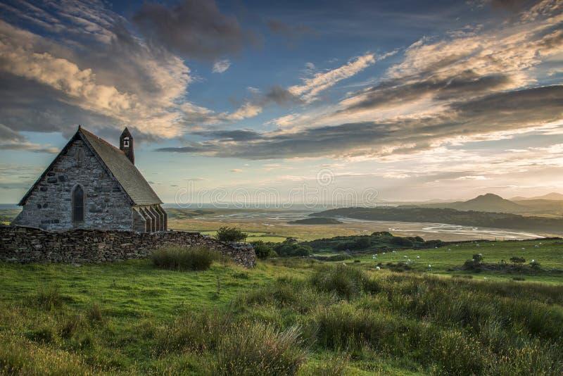 Iglesia Saint Tecwyns con estuario foto de archivo