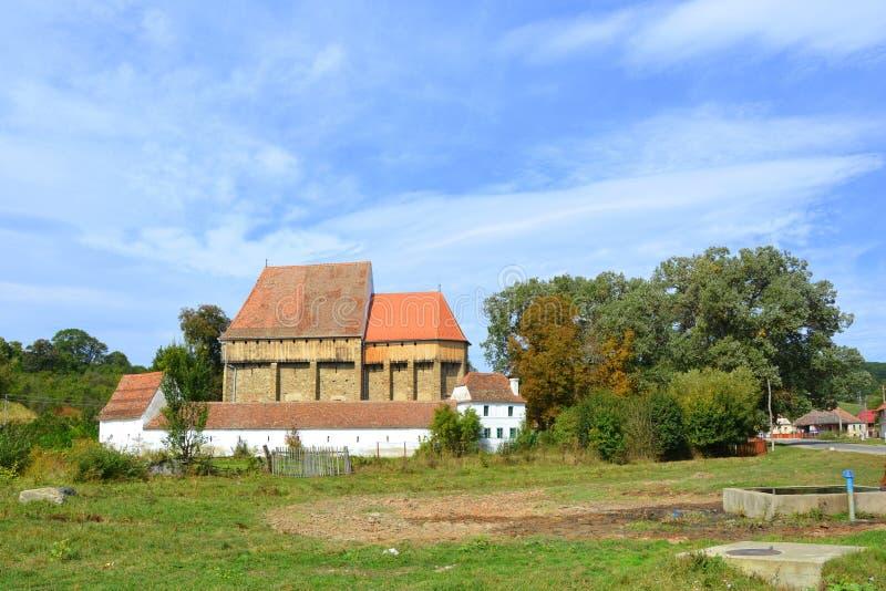 Iglesia sajona medieval fortificada en el pueblo Bradeni, Henndorf, Hegendorf, Transilvania, Rumania imagenes de archivo