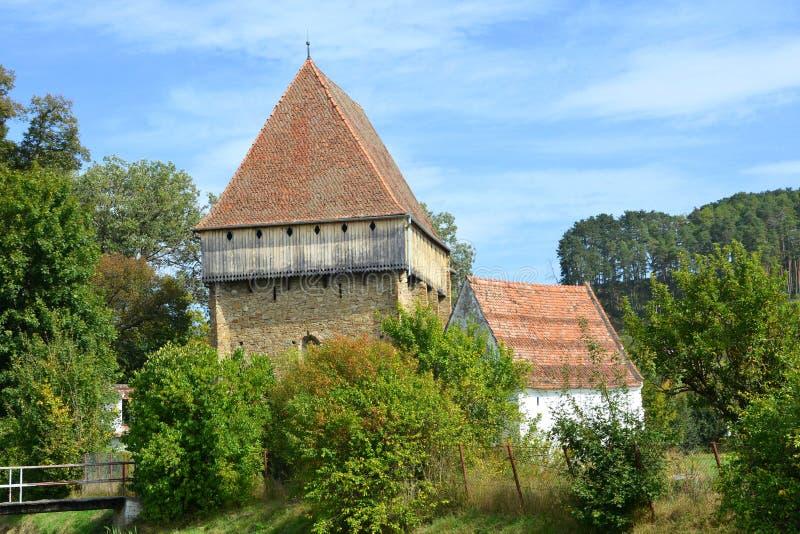 Iglesia sajona medieval fortificada en el pueblo Bradeni, Henndorf, Hegendorf, Transilvania, Rumania foto de archivo