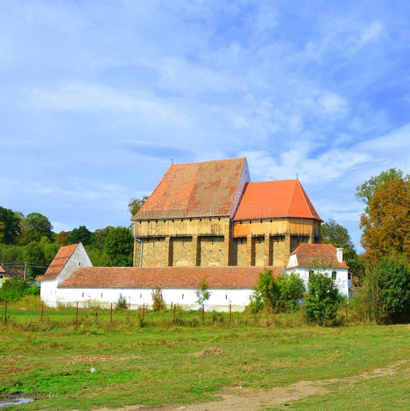 Iglesia sajona medieval fortificada en el pueblo Bradeni, Henndorf, Hegendorf, Transilvania, Rumania fotografía de archivo