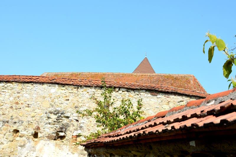 Iglesia sajona medieval fortificada en el pueblo Cata, Transilvania, Rumania foto de archivo