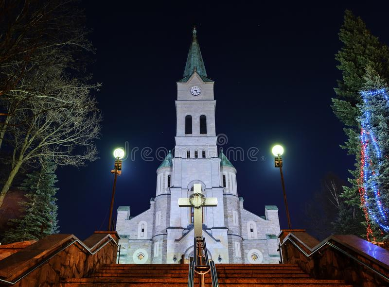 Iglesia santa de la familia en Zakopane en noche de la Navidad fotografía de archivo