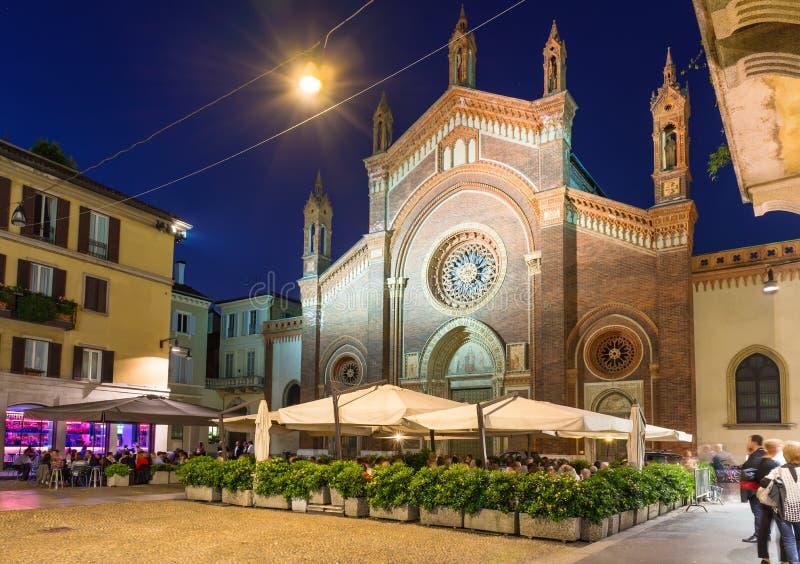 Iglesia Santa Maria del Carmine y cuadrado con el restaurante en la noche en Milán fotos de archivo