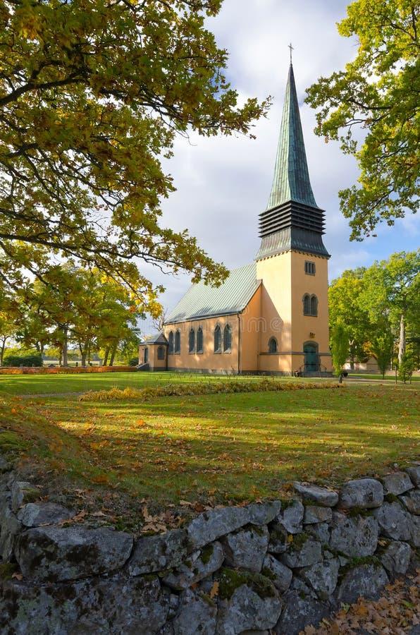 Iglesia sueca en la estación del otoño imagen de archivo