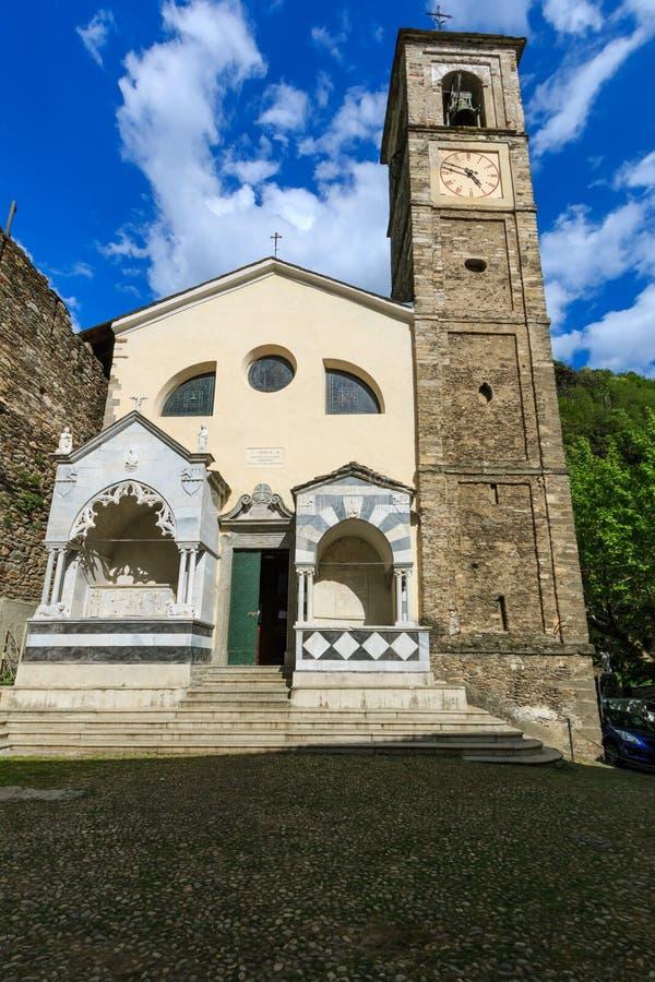 Iglesia vieja de Parrocchia Prepositurale StPietro E Pablo que se coloca en el centro del pueblo italiano Dervio imagen de archivo libre de regalías