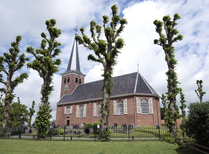 Iglesia vieja del pueblo de Reduzum en el campo entre Leeuwar fotos de archivo