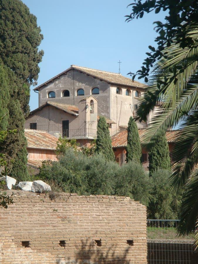 Iglesia vieja dentro de un jardín con límites antiguos en Roma, Italia imágenes de archivo libres de regalías