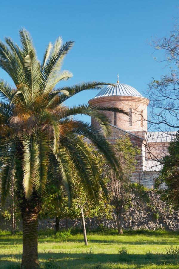 Iglesia vieja detrás de árboles fotografía de archivo