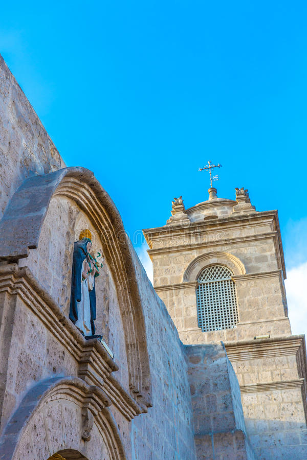 Iglesia vieja en Arequipa, Perú, Suramérica. Plaza de Armas de Arequipa es una de la más hermosa de Perú. fotografía de archivo