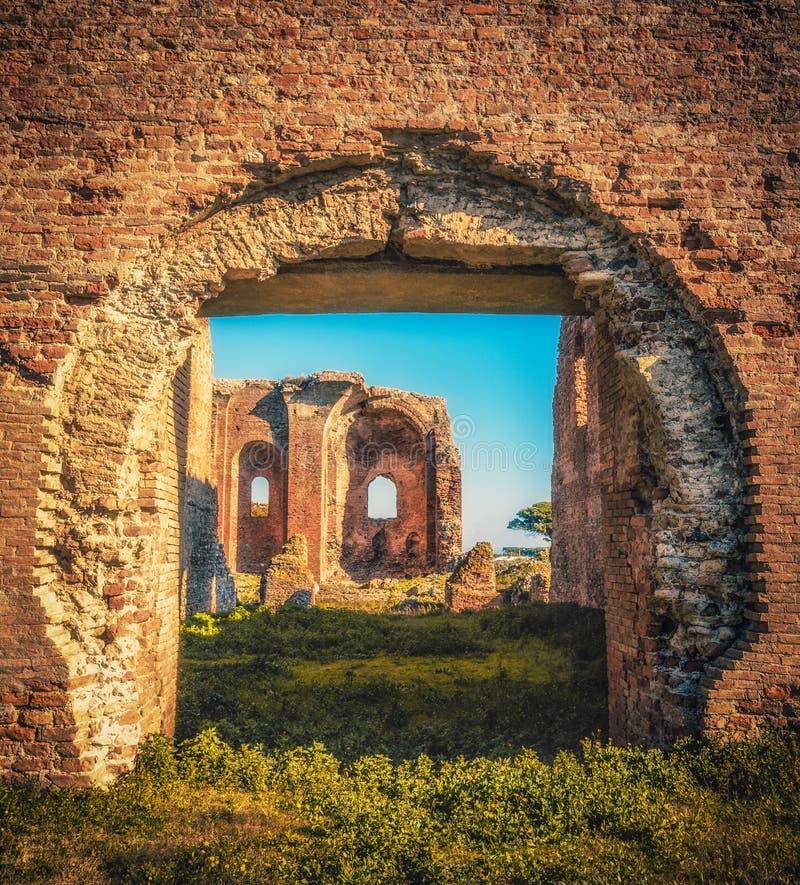 Iglesia vieja en el ` arqueológico de Scolacium del ` del parque imagen de archivo libre de regalías