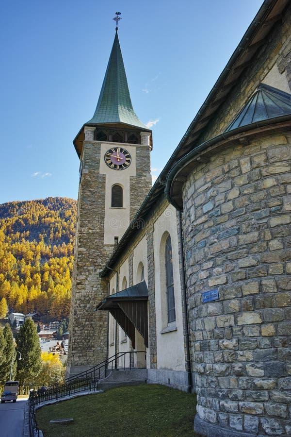 Iglesia vieja en el centro turístico de Zermatt, cantón de Valais imágenes de archivo libres de regalías