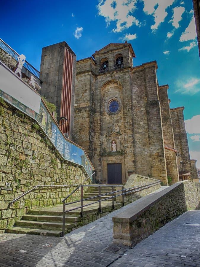 Iglesia vieja en el pueblo San Sebastián de Pasajes imagenes de archivo