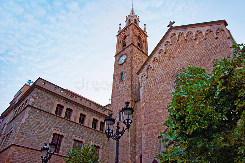 Iglesia vieja en la ciudad vieja de Barcelona fotografía de archivo