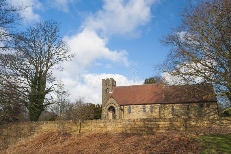 Iglesia vieja en pueblo rural inglés fotos de archivo