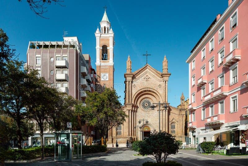Iglesia vieja entre los nuevos edificios foto de archivo libre de regalías