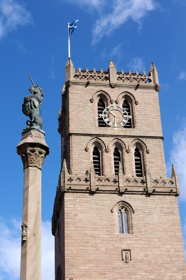 Iglesia vieja y Unicorn Statue de la aguja imagen de archivo