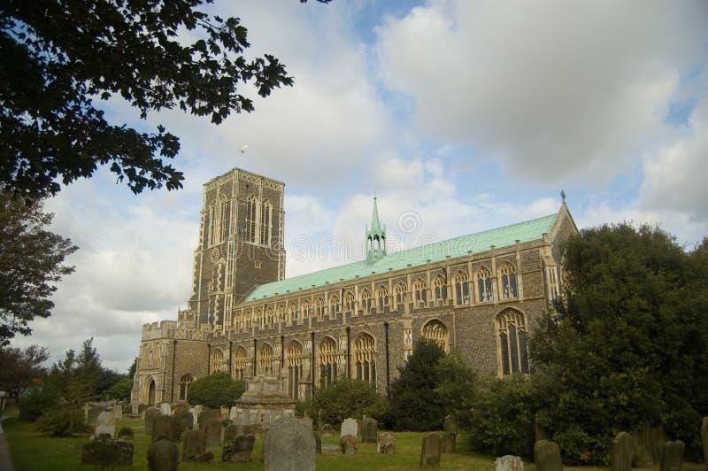 Iglesia y árboles imagen de archivo