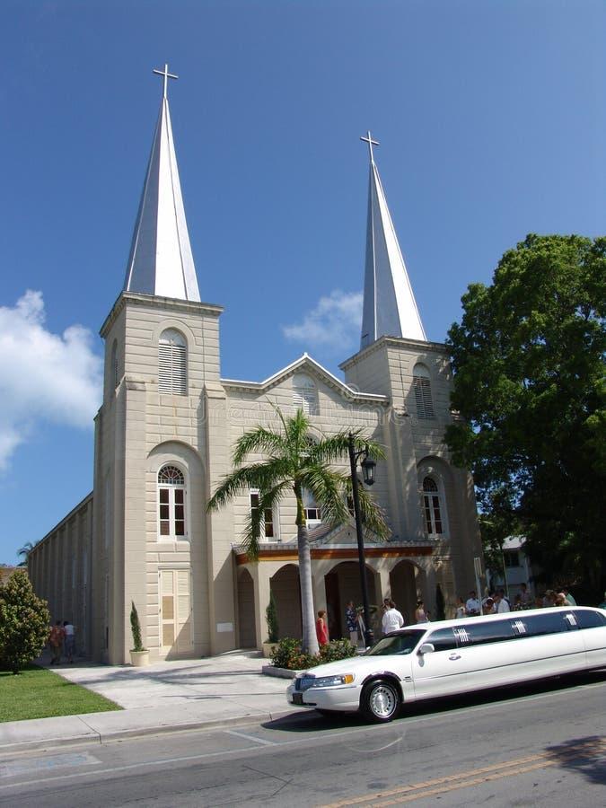 Iglesia y boda imagen de archivo