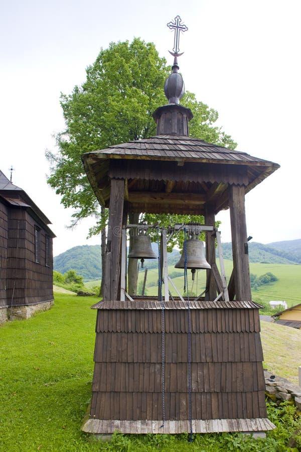 iglesia y campanario de madera, Leluchow, Polonia imagen de archivo